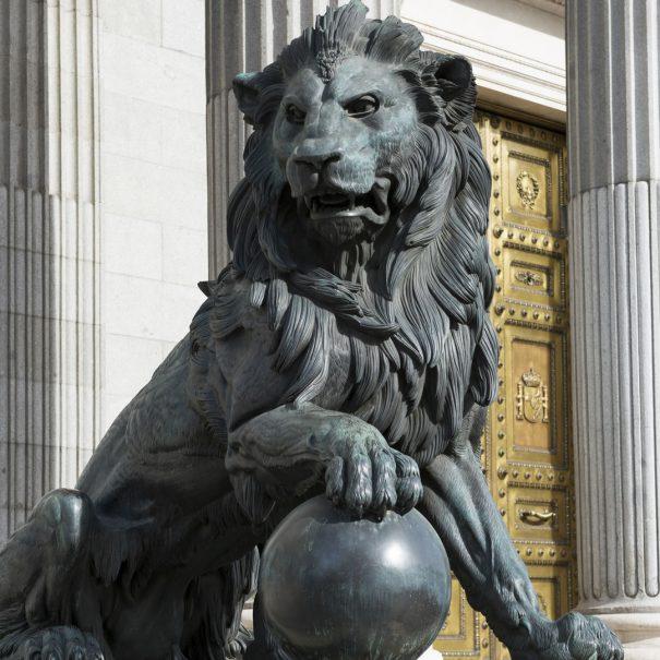 Лев у здания Конгресса депутатов Испании