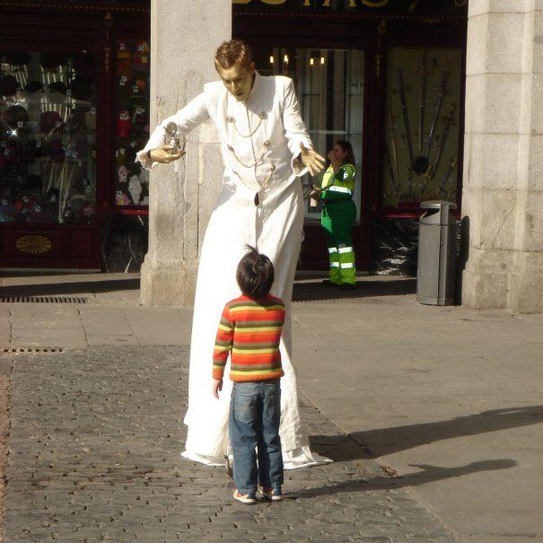 niño y estatua